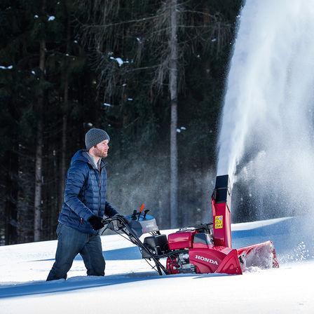 Le modèle Série 9 utilisé par un démonstrateur, dans la neige.